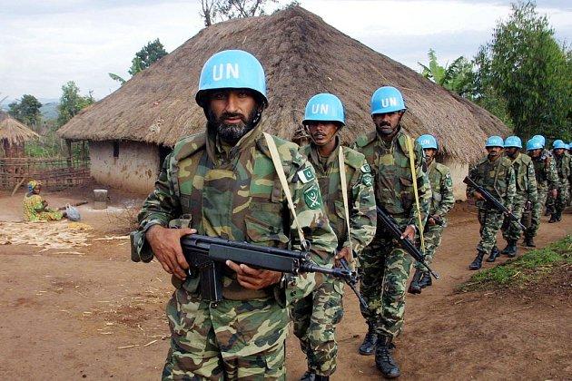 Pákistánští mírotvorci (na archivním snímku) a jejich kolegové z Indie podle BBC povstalcům v Kongu, na jejichž odzbrojení měli dohlížet, dodávali zbraně i munici výměnou za zlato, drogy a slonovinu.