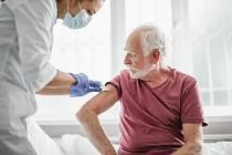 Přednost při očkování proti koronaviru dostávají senioři nad 80 let.