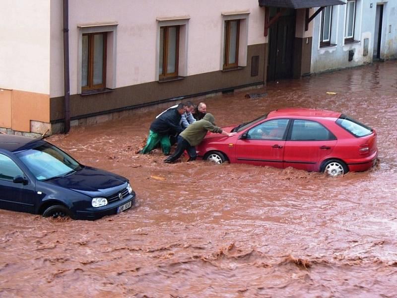Povodeň v Hostinném v roce 2013.