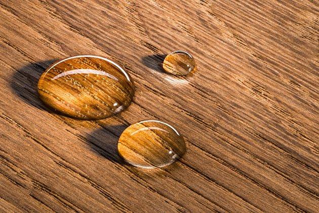 Do řádně ošetřeného dřeva se voda nevsákne.