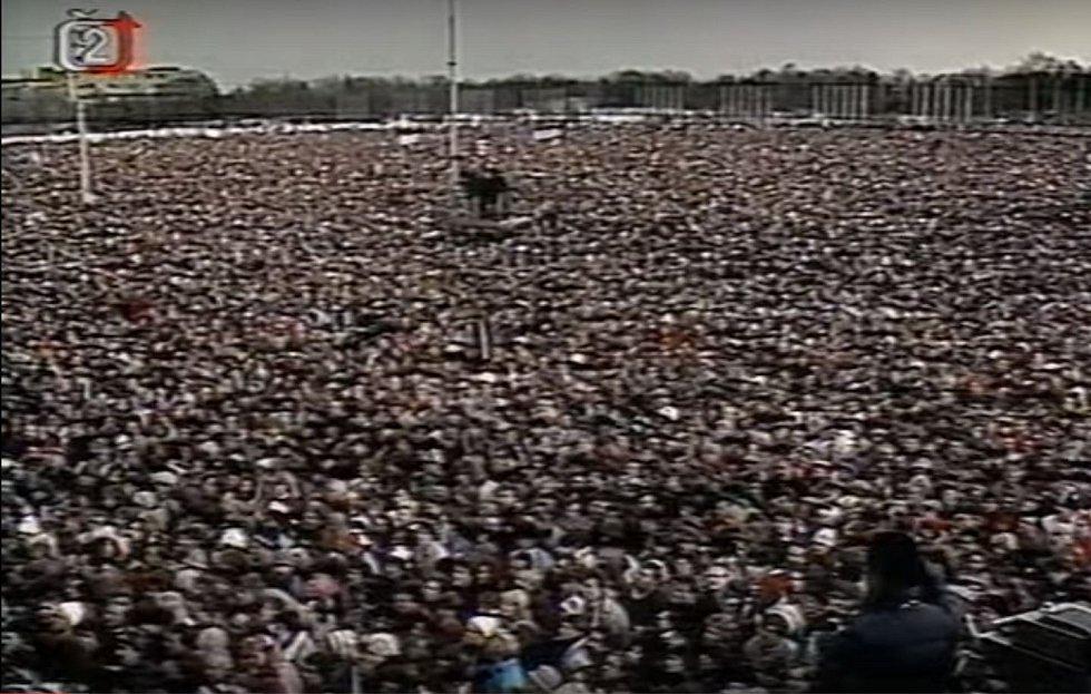 První obří demonstrace v sobotu 25. listopadu 1989 na Letenské pláni v Praze