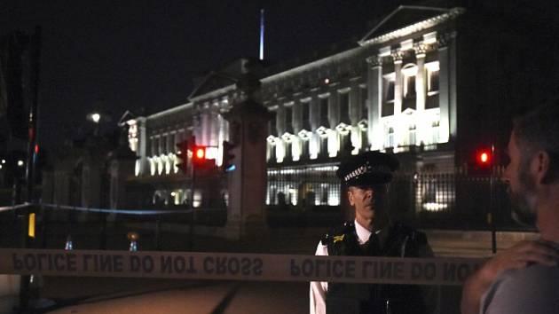 Okolí Buckinghamského paláce po pátečním střetu policistů s ozbrojeným mužem.
