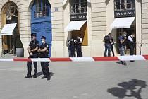 Policisté před luxusním klenotnictvím značky Bulgari na pařížském náměstí Place Vendôme, které přepadli ozbrojení lupiči a ukradli tam šperky v hodnotě deseti milionů eur (254 milionů Kč)