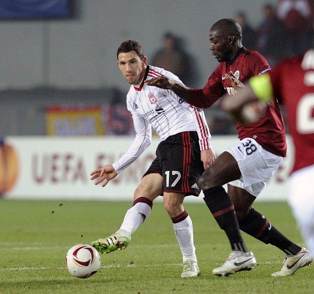 Liverpool – Sparta 1:0. Abena napadá přihrávajícího Maxiho Rodrígueze.