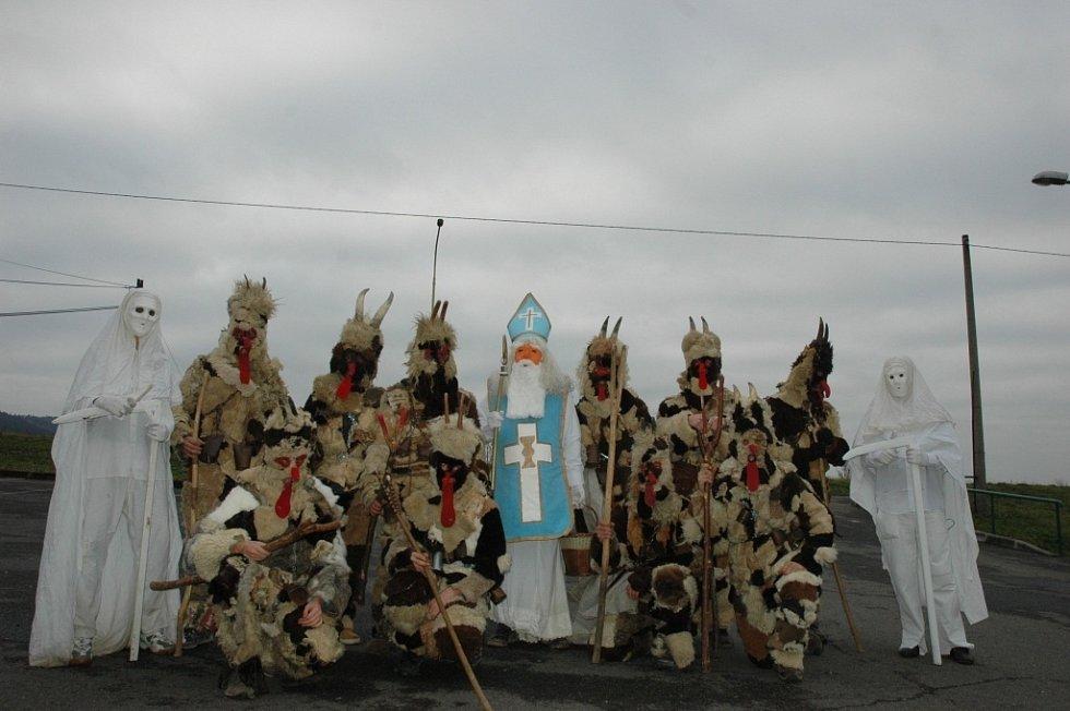 Mikulášský průvod na Hornolidečsku. Světce doprovází celá tlupa čertů a oproti jiným krajům také smrtky
