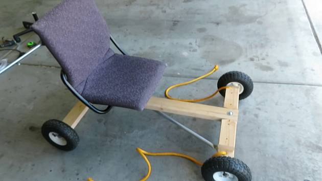Posez už ponecháme vaší kreativitě, každopádně kancelářská židle s vhodným kovovým úchytem vespod bude jistě komfortní. Ale pozor, ať neusnete za řízením!