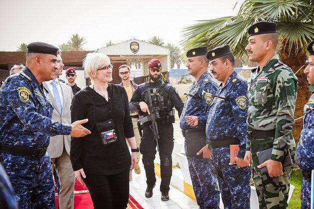 Šlechtová na policejní akademii v Bagdádu, kde čeští vojáci cvičí irácké rekruty.