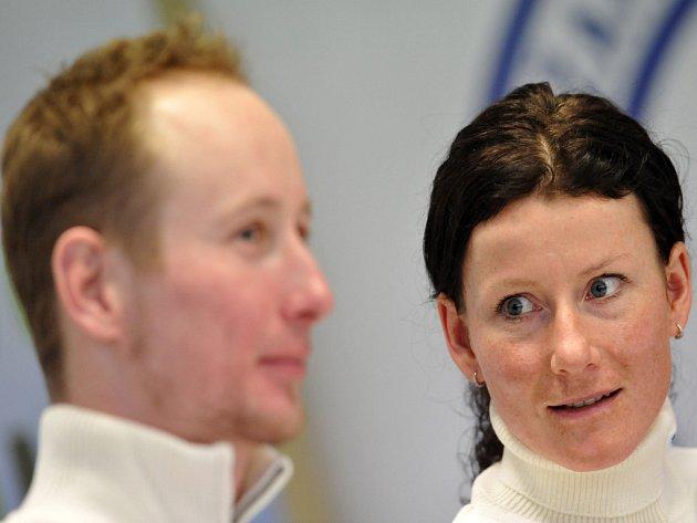 Běžci na lyžích Lukáš Bauer a Kamila Rajdlová.