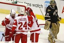 Hokejisté Detroitu Zetterberg (vlevo), Chelios s hrdina utkání Dacjuk slaví poslední branku v síti Martyho Turca. Detroit zvítězil v Dallasu 5:2.