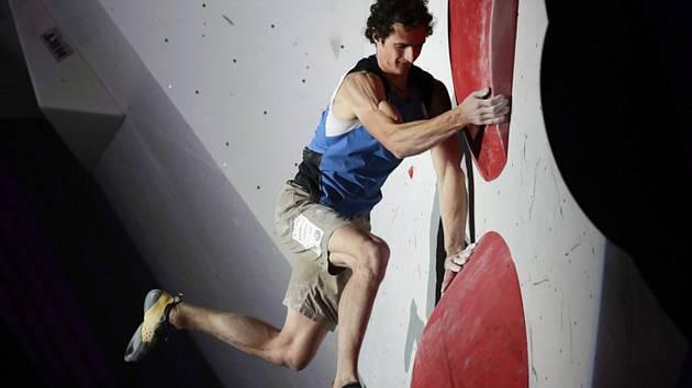 Český sportovní lezec Adam Ondra ve finále boulderingu na MS v Japonsku.