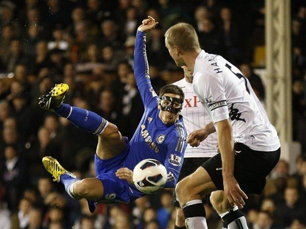 Fernando Torres akrobaticky zakončuje.