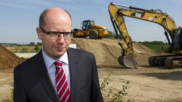 Předseda vlády Bohuslav Sobotka slavnostně zahájil 22. července u Hradce Králové dostavbu dosud chybějícího 2,5 kilometru dlouhého úseku dálnice D11.