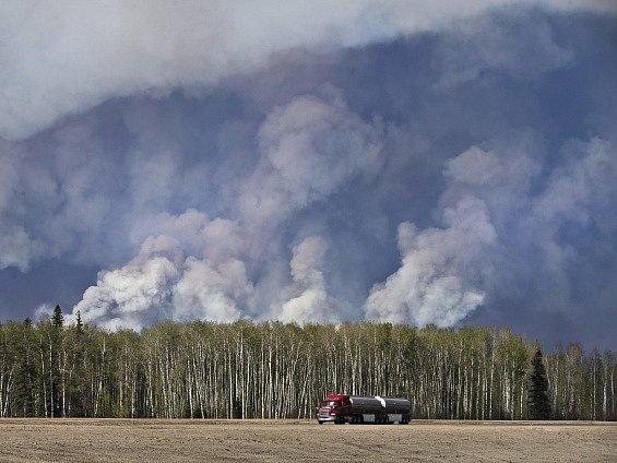 Lesní požár v kanadské provincii Alberta se během 24 hodin rychle rozšířil.