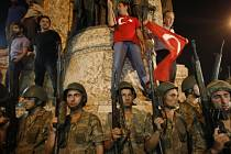 Tureckem zmítá od pátečního pozdního večera pokus o státní převrat, za nímž stojí část armády.