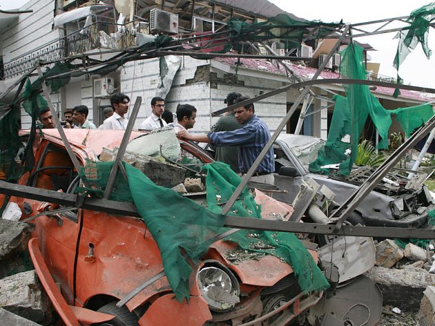 Pákistánští pyrotechnici prohledávají místo výbuchu před dánskou ambasádou.