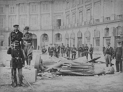 Bruno Braquehais: Komunardi u povalené sochy Napoleona na Place Vendôme, 8. května 1871