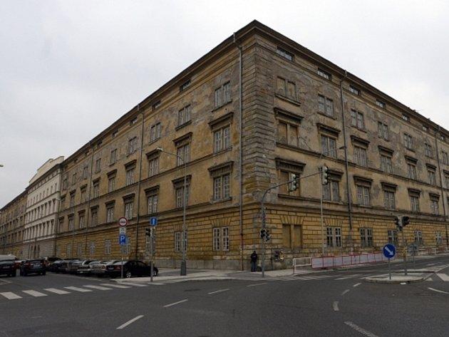 Ministerstvo obrany prodává kasárna Jana Žižky (na snímku z 19. listopadu) v pražském Karlíně. Pro objekt, který se nachází v památkové zóně, nemá armáda využití.