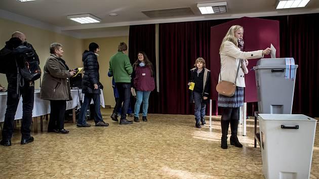 Lidé volili ve druhém kole prezidentských voleb 26. ledna v pražských Lysolajích.
