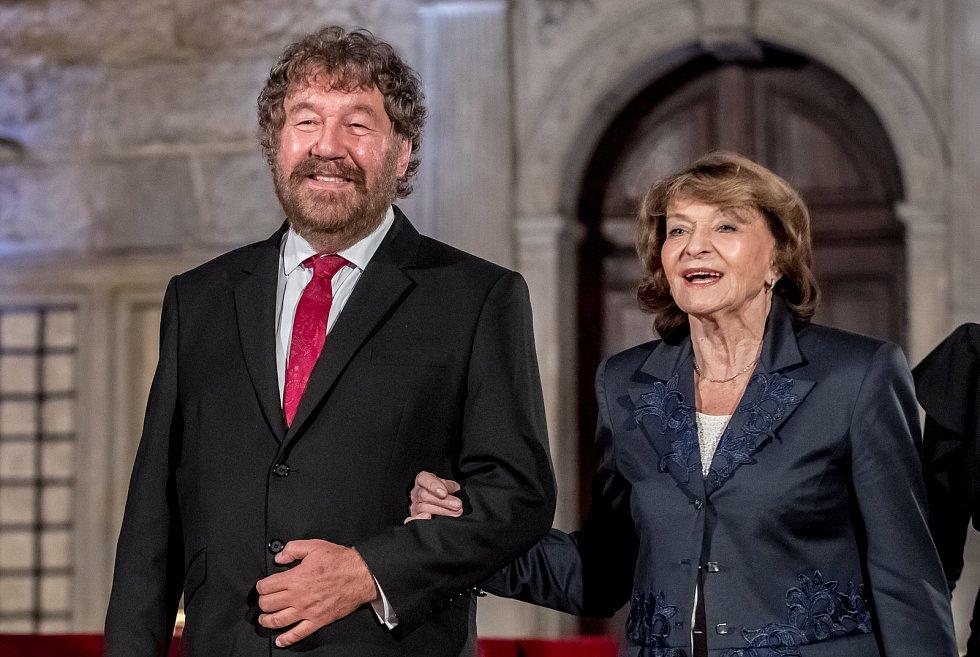 Prezident Miloš Zeman na státní svátek 28. října předával státní vyznamenání ve Vladislavském sále Pražského hradu. Troška, Simonová