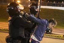 Policisté zatýkají muže v Minsku