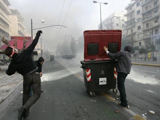 Nepokoje v Řecku pokračují. Boj na ulici v Aténách.