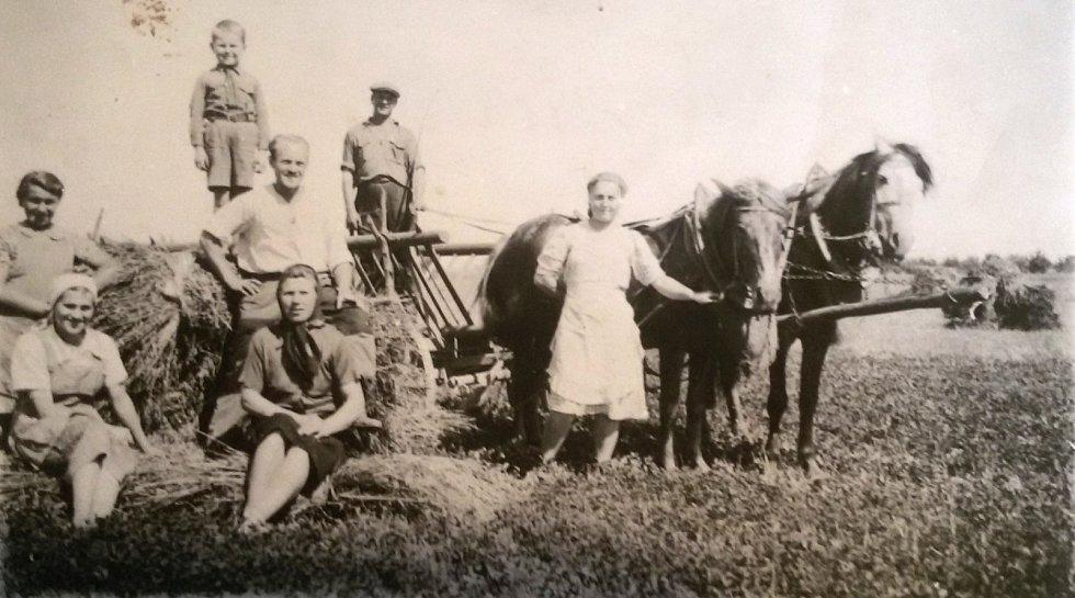 Rodina Švejdarova hospodařila na Volyni v české vesnici Boratín, kde zažili několik režimů – polský, sovětský, německý a pak opět sovětský