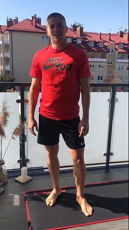 Náchodský fotbalista Petr Schwarz, který působí v polské nejvyšší soutěži, cvičí pro čtenáře Deníku.