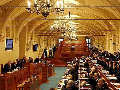 Senát je znovu kompletní, má po půlroce opět 81 právoplatných členů. Všech 27 senátorů, kteří uspěli při říjnové obměně třetiny horní komory, složilo na její první schůzi v novém funkčním období ústavou předepsaný slib.