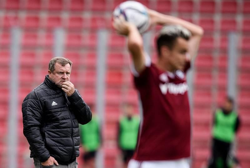 Zamyšlený trenér Pavel Vrba.