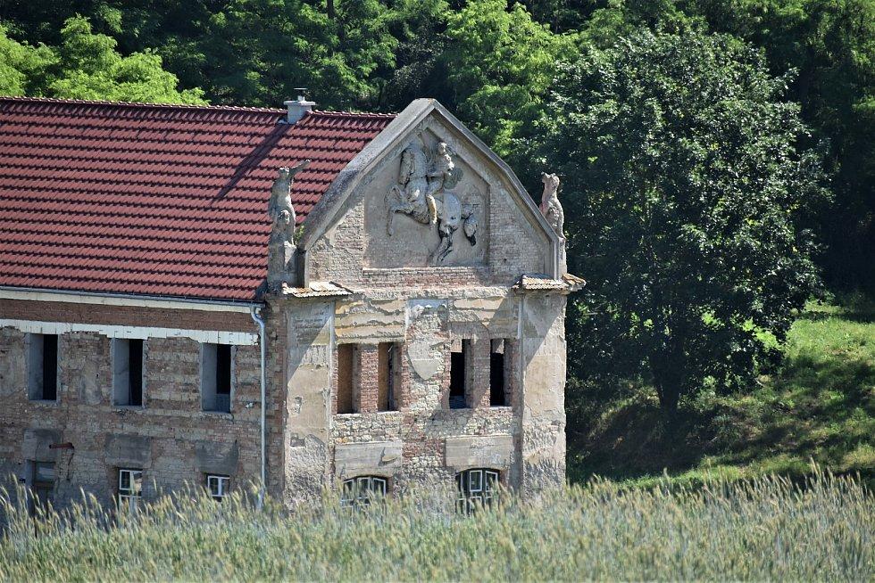 Statek Vladimírov prochází rekonstrukcí. Cenný je hlavně štít domu.