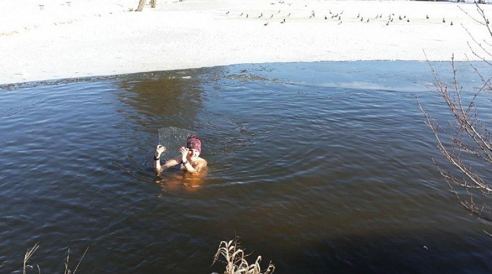 Andrea Marková z Vernéřovic se začala otužovat nejprve studenou sprchou. Nyní dává přednost bazénu či rybníku.