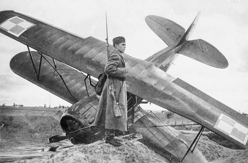 Voják Rudé armády střežící polské cvičné letadlo sestřelené poblíž města Równe v Sověty okupované části Polska