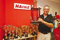 Potřeboval razítko, koupil rovnou výrobní stroj. Firma Hainz dnes vyrábí sportovní trofeje.