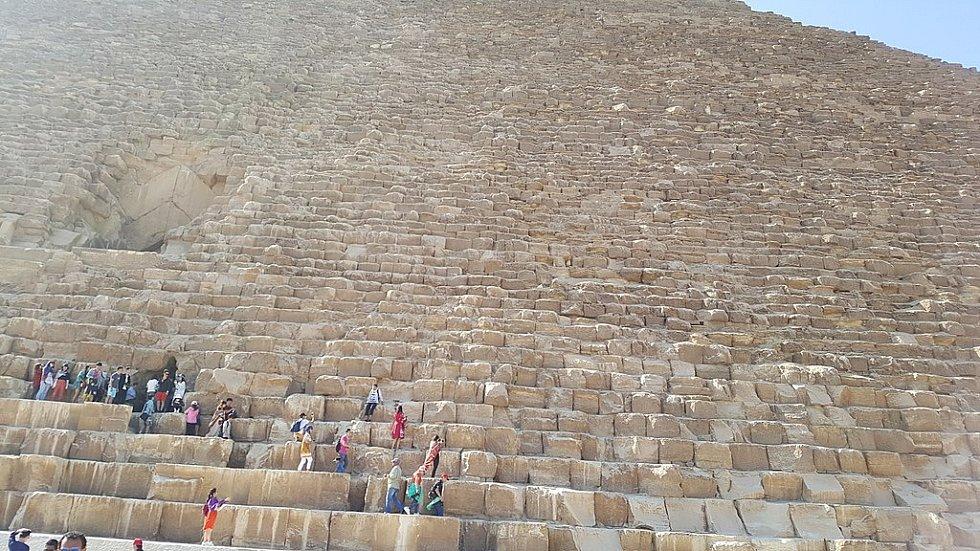 Cheopsova pyramida je největší z egyptských pyramid