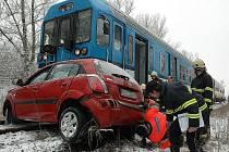 Na železničním přejezdu ve Stroupečské ulici v Žatci se střetl vlak s osobním vozem Kia, ve kterém jeli dva lidé. Spolujezdec nehodu nepřežil, řidička byla těžce zraněna.
