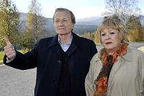 Nezapomenutelný herecký koncert předvedli Jiřina Bohdalová a Radek Brzobohatý ve filmu Ucho z roku 1970. Teď je potkáme po letech v roadmovie Vrásky z lásky.