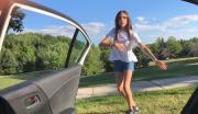 Při další výzvě lidé tančí vedle jedoucího automobilu