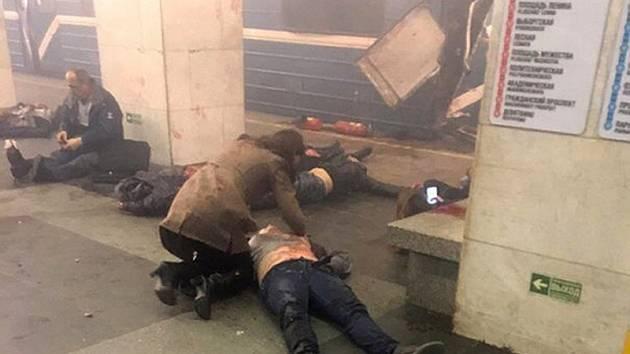 Oběti výbuchu v petrohradském metru, v pozadí poškozený vagon ve stanici Technologický institut.