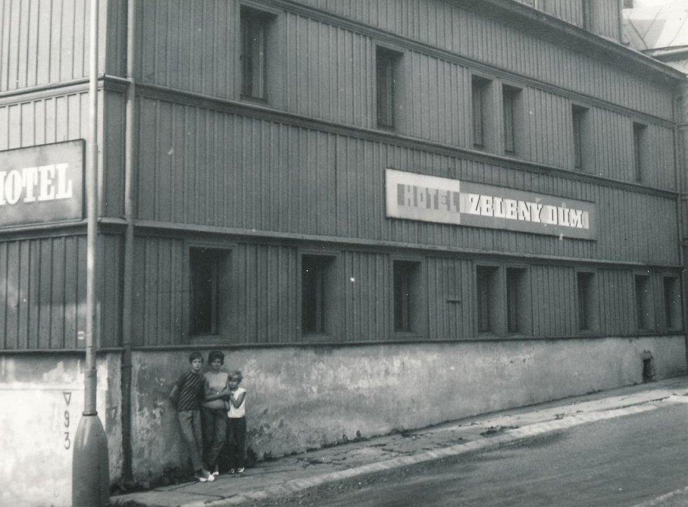 Rodina Miroslava Hampla u ubytovny v Božím Daru, kde bydlel jako civilní zaměstnanec v Jáchymově (1968)