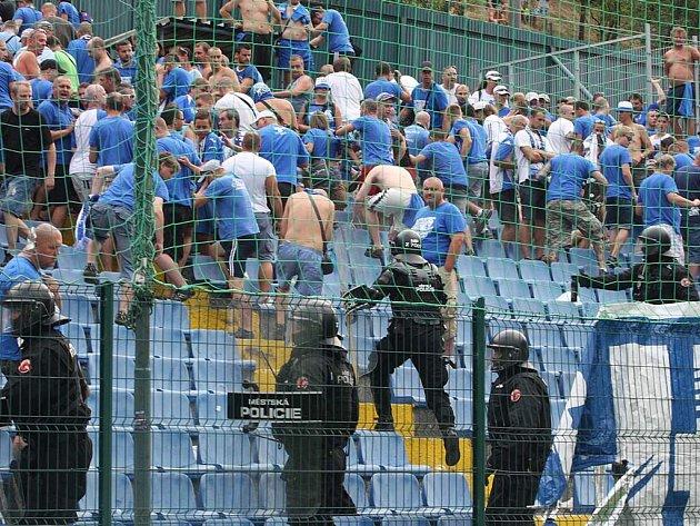 Situace na fotbale ve Zlíně: fanoušci Baníku Ostrava řádili během zápasu