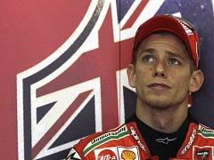 Motocyklový závodník Australan Casey Stoner sleduje své protivníky.