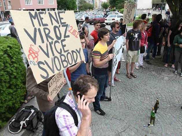 U budovy Nevyššího soudu v Brně čekali Zemana demonstranti.