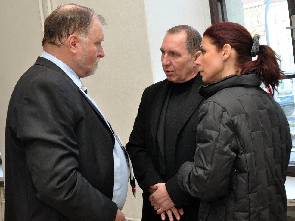 Manželé Kottovi s obhájcem Tomášem Sokolem.