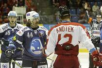Ryan Hollweg z Plzně (druhý zleva) a Jan Knotek z Olomouce.