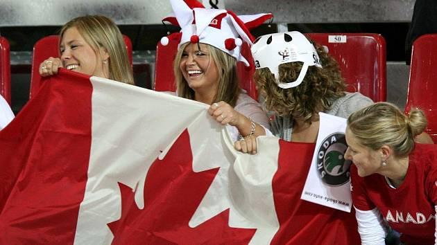 Kanadské fanynky měly důvod k radosti. Jejich tým přejel Lotyše 7:0 a připsal si na šampionátu druhé hladké vítězství.