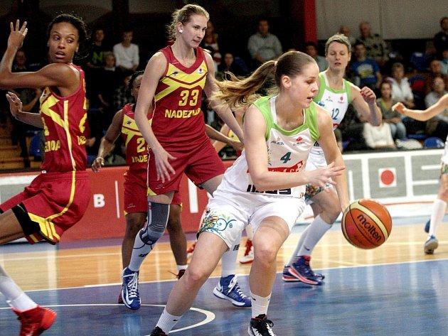 Basketbalistka IMOSu Brno Alena Hanušová (vpravo) proti Orenburgu.