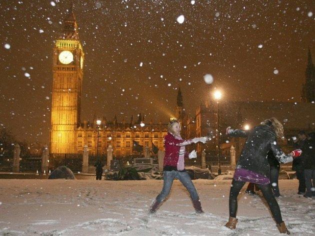 Na Londýn začal padat sníh.