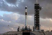 Raketa Falcon 9 s kosmickou lodí Crew Dragon.