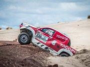 Závodníky na Dakaru trápilo bahno.