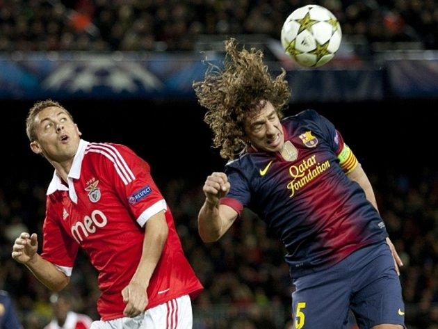 Carles Puyol z Barcelony (vpravo) a Serbian Nemanja Matic z Benfiky Lisabon.